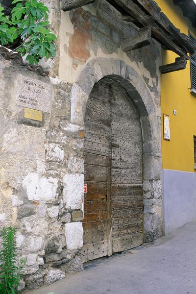 itinerario-manzoniano-Lecco-il-portone-d'ingresso-della-presunta-casa-di-Lucia