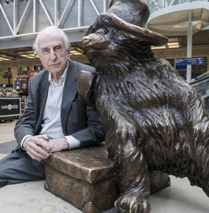lo-scrittore-michael-bond-e-la-statua-a-paddington-station-300