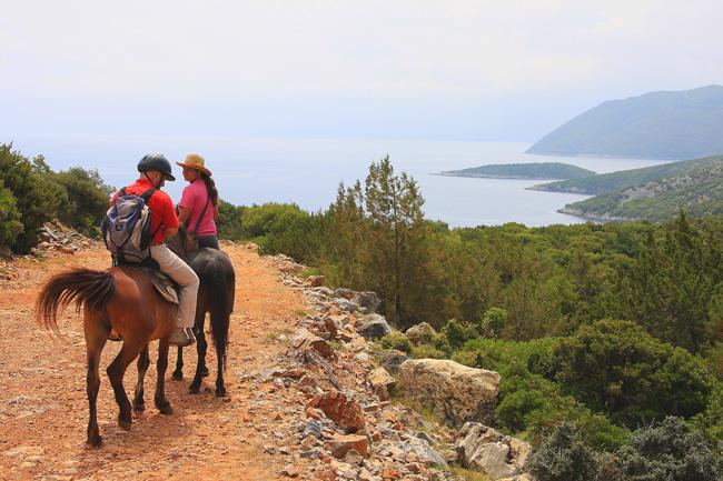 Isola di Samos. Andriani Georgiou guida trekking a cavallo fino al mare nella zona di Kerveli, costa est. Foto di Elena Bianco  copia