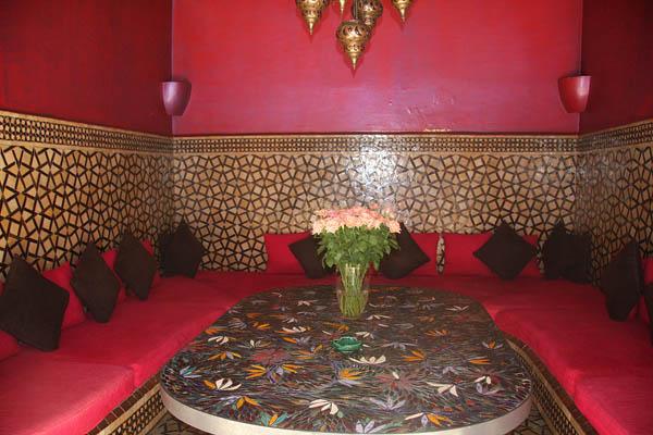 Un salotto del ristorante Café Arabe a Marrakech. Foto di Elena Bianco