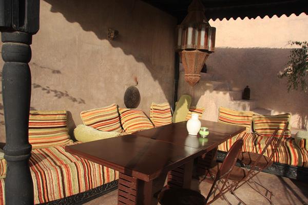 Un angolo del terrazzo sul tetto del Riad Dar Darma. Foto di Elena Bianco