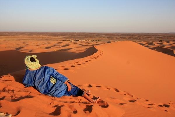 Un Touareg all'alba, sulla grande duna dell'Erg Chebbi