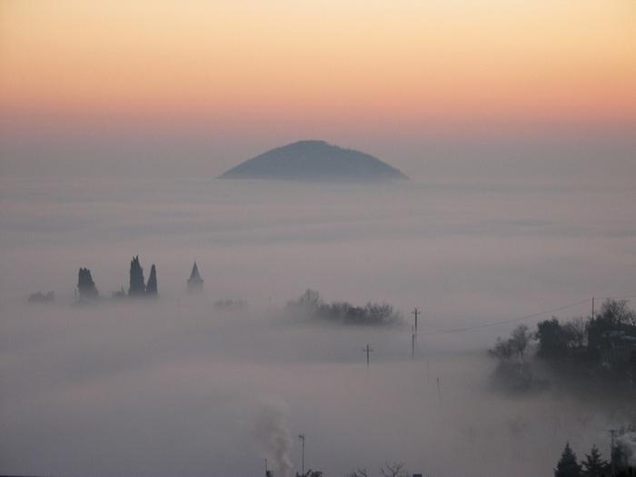 Colli Euganei: isole fra la nebbia