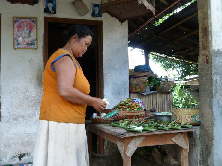 donna-che-prepara-le-offerte-in-una-tipica-casa-balinese-700
