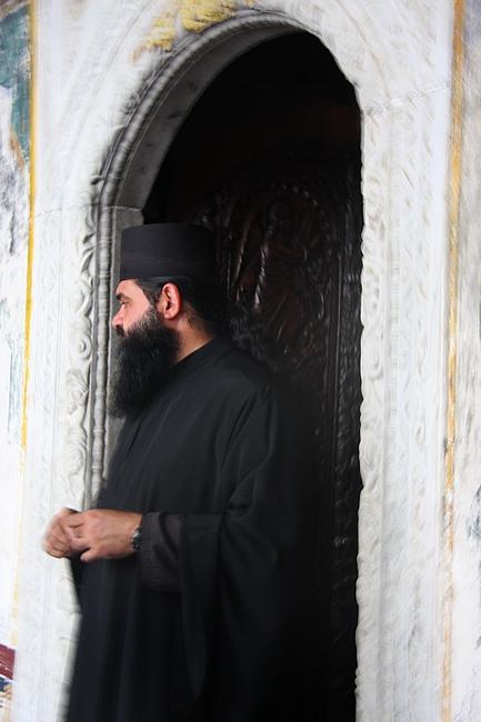 Il Pope custode della grotta di San Giovanni Evangelista a Ptmos