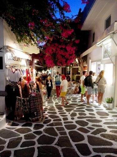 Una strada dello shopping a Mykonos