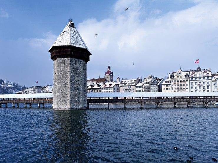 Visitare Lucerna d'inverno: vista del Kapellbruecke e della Wasserturm