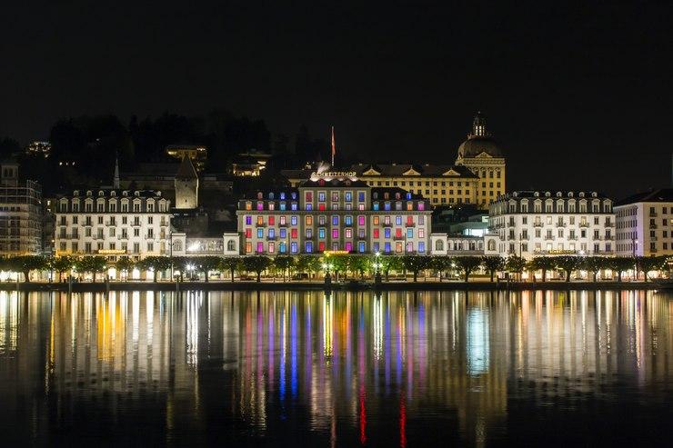 Visitare Lucerna: vista dell'Hotel Schweizerhof di notte