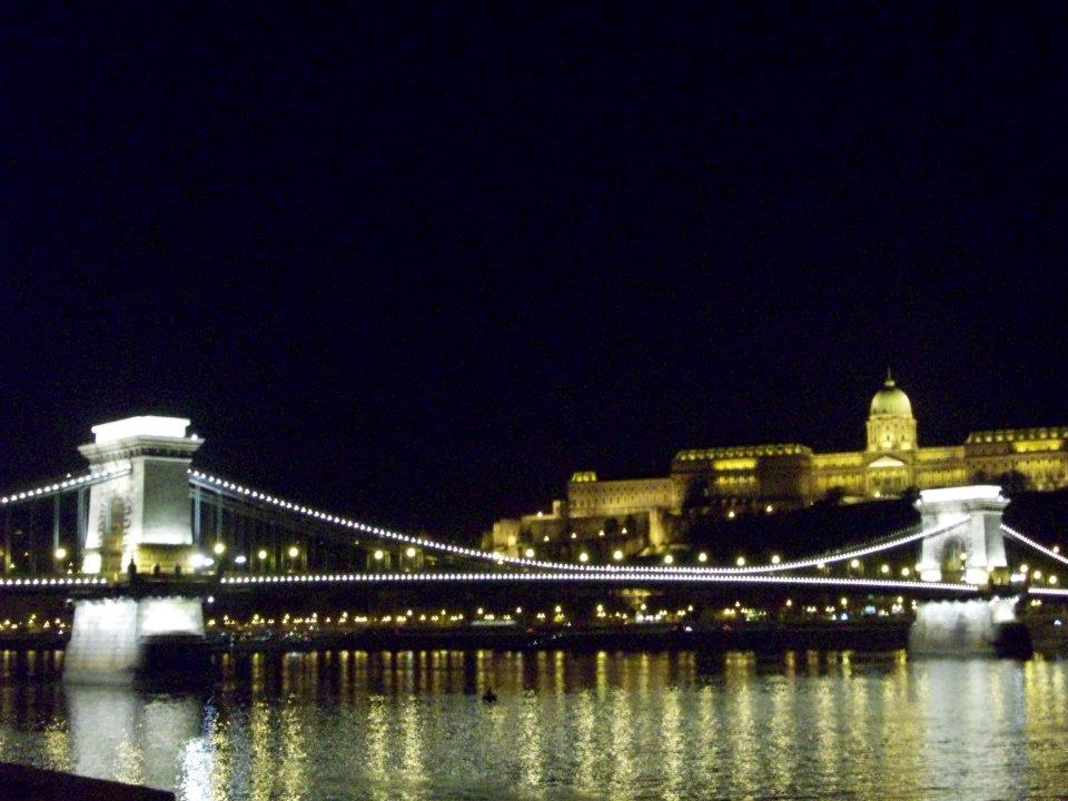 ponte-delle-catene-e-vista-del-castello-night-budapest-accessibile-in-sedia-a-rotelle