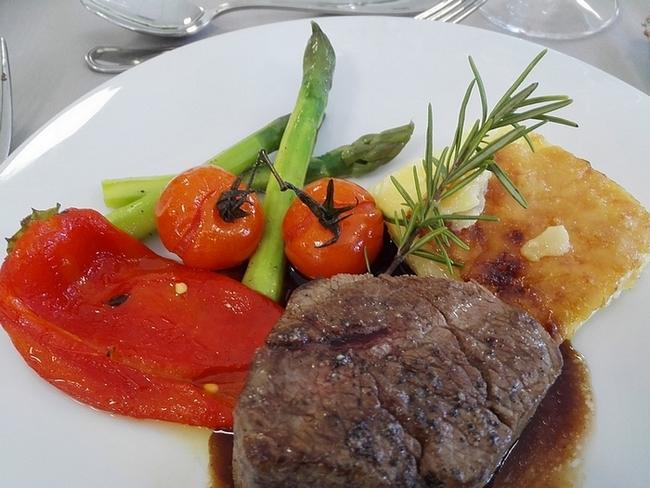 Filetto al Barbaresco con patate al gratin, asparagi verdi, peperoni grigliati, pomodorini confit. (ph. Elena Bianco)