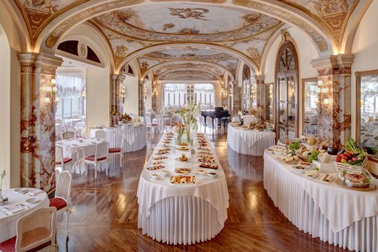 La sala da colazione in stile Liberty del Grand Hotel Excelsior Vittoria