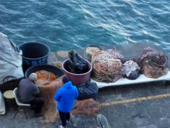 Pescatori che lavorano alle reti nella Marina Grande di Sorrento. Foto di Elena Bianco