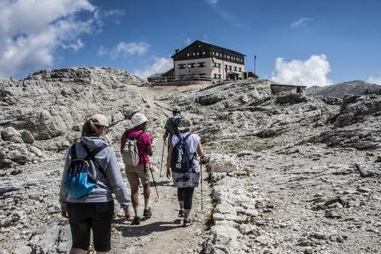 L'arrivo di alcuni trekker al Rifugio Rosetta