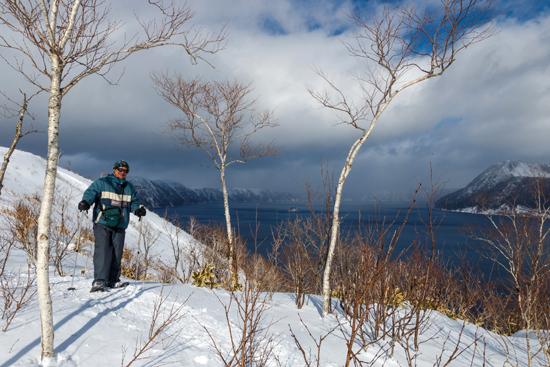 Marco Restelli davanti al lago vulcanico Mashu, in Hokkaido. Photo Courtesy Giacomo Fè