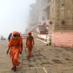 Sui ghat, le scalinate che scendono verso il corso d'acqua, sembra di stare a teatro. È una scenografia cangiante, lunga sei chilometri, quella che offre Varanasi.