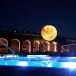 In occasione dell'indimenticabile 50° anniversario dell'allunaggio, un suggestivo pallone aerostatico illuminato raffigurante il satellite terrestre, affascinerà i centri QC Terme.
