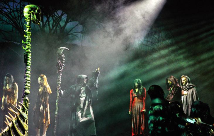 Grazie alla Divina Commedia Opera Musicale, invece, il capolavoro dantesco si trasforma in un emozionante percorso tra Inferno, Purgatorio e Paradiso, che prende forma attraverso un continuo susseguirsi di scenografie, coreografie acrobatiche