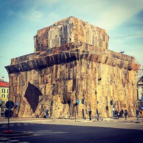 Fino a domenica 14 aprile 2019, i due caselli daziari di Porta Venezia, una delle sei porte principali della cinta urbana, sono A Friend, un'imponente installazione dell'artista ghanese Ibrahim Mahama (Tamale, Ghana, 1987), concepita appositamente per la Fondazione Nicola Trussardi.