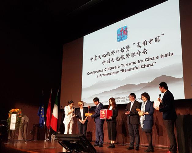 """La Cina in convention a Milano, presenta la """"Settimana del Turismo e della cultura cinese"""". Una terra che offre alcuni tra i tesori e i paesaggi più suggestivi del mondo, un territorio vastissimo e una storia millenaria."""