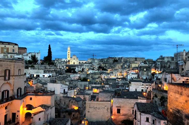 Dichiarata patrimonio dell'umanità dall'UNESCO nel 1993, Matera è quest'anno Capitale della Cultura, simbolo di una crescente rinascita, un esempio di riscatto, una terra che vi sorprenderà con i suoi incredibili scenari.