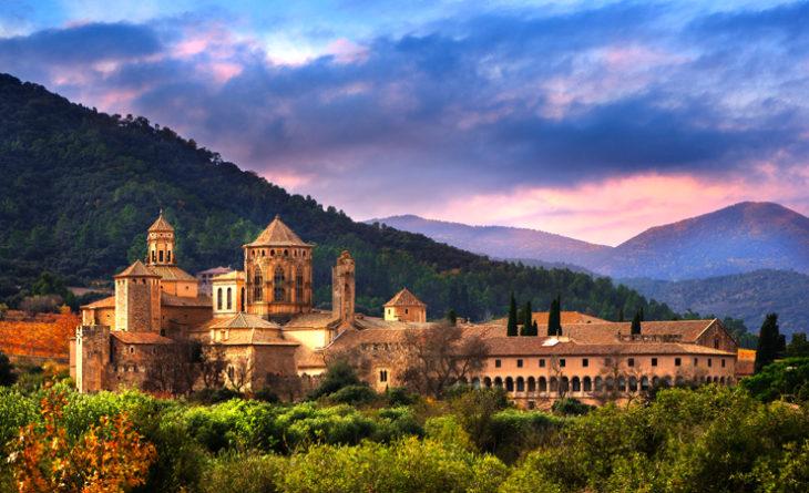 La Catalunya? Va ben oltre la visita di Barcellona e i suoi dintorni. Le bellezze della sua regione, racchiusa tra il Mediterraneo e i Pirenei, risponde alle esigenze dei viaggiatori più esigenti