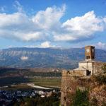 Grazie alle sue belle spiagge, negli ultimi anni, l'Albania è una delle mete più gettonate per le vacanze estive degli italiani. Ecco qualche consiglio per visitare il Paese delle Aquile.