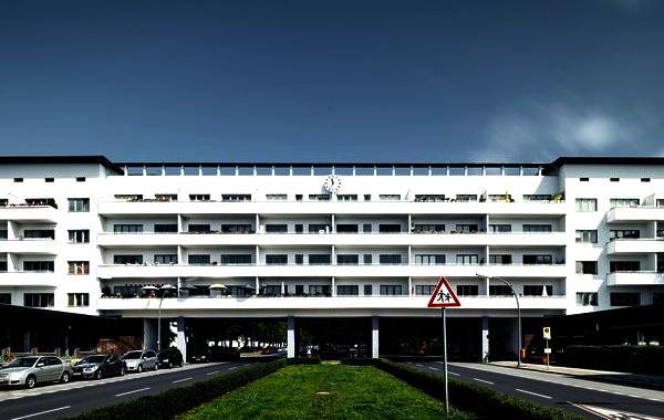 Tel Aviv celebra l'anniversario dei cento anni del movimento Bauhaus, l'esempio più straordinario dell'influenza della scuola tedesca, fuori dalla Germania. La più famosa scuola di talenti del Novecento, esistito solo per 14 anni, ma che ha influenzato un intero secolo.
