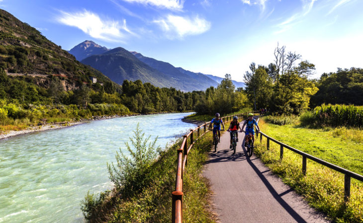 La Valtellina è un vero e proprio paradiso per gli appassionati delle due ruote, con i suoi numerosi passi su strada e le famose salite di Stelvio, Gavia e Montirolo, simbolo del Giro d'Italia. Raggiungerla ed esplorarla non è mai stato così semplice.
