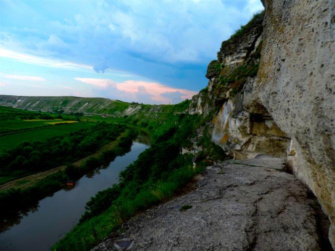 La Moldavia, terra felix dalle antiche origini sulla via del limes romano, ai piedi dei Carpazi è racchiusa fra i fiumi Prut e Dniester; il clima temperato agevola le colture di cereali e la vite è conosciuta fina dai tempi più antichi.