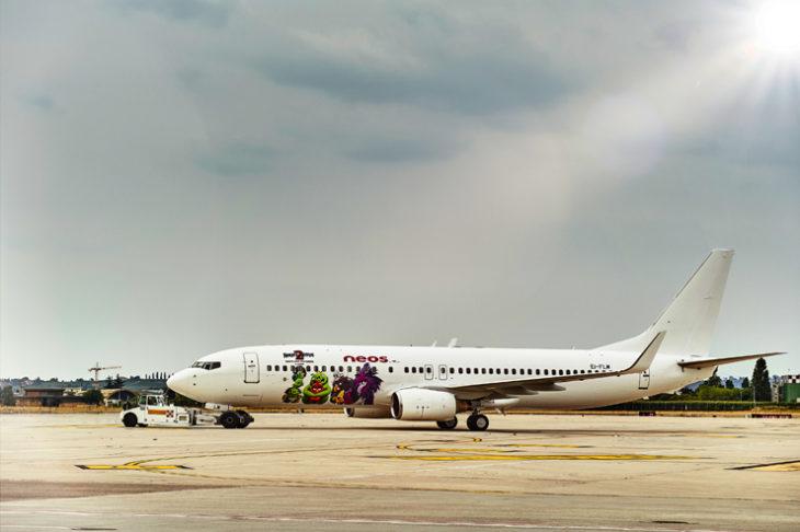"""Arrivano i nuovi compagni di viaggio per Neos, la compagnia aerea del Gruppo Alpitour opiterà gli """"Angry Birds"""", i litigiosi protagonisti di divertenti avventure cinematografiche che spiccheranno il volo a bordo di un 737 appositamente personalizzato per i prossimi mesi."""