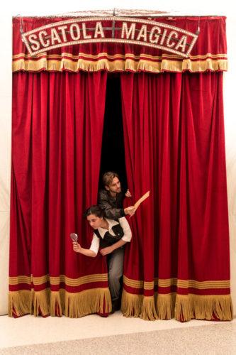 """Come succede da oltre quindici anni, il Piccolo Teatro di Milano accompagna gli spettatori più giovani nel """"dietro le quinte"""", per capire e apprezzare come nasce una spettacolo teatrale. Quest'anno due attori, Marica Mastromarino e Claudio Pellerito, novelli Indiana Jones, trasformeranno la visita in una vera e propria caccia al tesoro."""