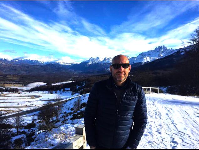 Pablo Granell instancabile viaggiatore, vive in Cile da più di sette anni. Consulente turìstico e appassionato di viaggi, è spesso in viaggio attravesrso il paese australe, da nord a sud, dai deserti ai paesaggi glaciali. Un contrasto molto forte che fa del Cile, dal punto di vista paesaggistico, un luogo decisamente affascinante. Pablo Granell ha creato Hotteo Travel, l'agenzia di viaggi che organizza itinerari su misura, per tutte le esigenze, preparati da un viaggiatore doc.