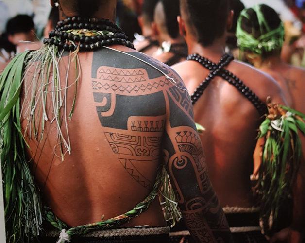 Una mostra fotografica a Milano ha posto in evidenza la suggestiva bellezza delle Isole Tahiti, in cui è possibile praticare sport ed esperienze uniche.