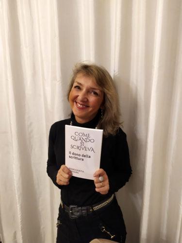 """""""Giornalista per passione, curiosa per natura"""", è la frase che Margherita Manara ha inserito nella sua bio, da collaboratrice di Agenda Viaggi. Esternazione eloquente che sottolinea la sua natura; Una passione e una curiosià che viene da lontano e che la porta oggi a pubblicare """"Come quando si scriveva"""", un volume tra comunicazione e costume, con un testo che disegna un modello  comportamentale della nostra società, indagandone ispirazioni e valori  nel tempo."""