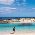 Se siete amanti del mare e della vita da spiaggia, Formentera è il posto che fa per voi! Questa minuscola isola di soli 83,24 km², si trova vicino alla sua sorella Ibiza, da cui dista solo 30 minuti di traghetto.