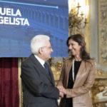 Il presidente della Repubblica Sergio Mattarella consegna l'onoroficenza a Emanuela Evangelista, la biologa romana di AmazÔnia Onlus