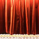 Dolore e gioia. Bellezza e solitudine. Amore e ironia. Il cangiante infinito mondo della poetessa italiana tra le più grandi del Novecento va in scena a teatro.