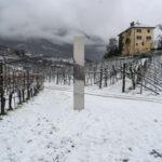 Dallo Utah alla Romania, fino all'Isola di Wight e ora anche in Alto Adige, un Monolite appare tra le vigne altoatesine