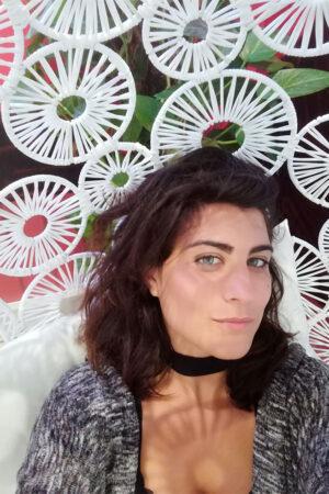 Isabella Cursio Romana, col cuore sempre a Roma e la testa da altre parti, esploratrice ed architetto, collezionista seriale di Erasmus. Dopo la laurea, con gli occhi ancora pieni di Berlino, si convince ad inseguire il sole e a partire con un biglietto di sola andata per l' Australia, dove, accompagnata da uno zaino, un taccuino e una macchina fotografica, farà un viaggio di otto mesi che le cambierà la vita. Qualche ostello più tardi, nel 2020, decide di posare per un pò la valigia a Milano, in un colorato appartamento al quinto piano, dove vive di caffè, zenzero, sogni ed architettura.